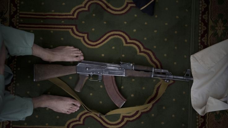 Taliban-Kämpfer haben die Enthauptung eines Soldaten mit einem abscheulichen Video in einem Chat gefeiert. (Foto)