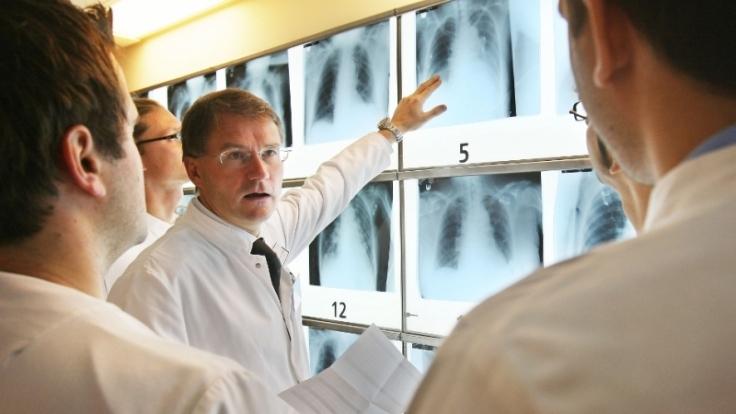 Rätselraten über Röntgenbildern: Herzchirurg und Klinikdirektor Thorsten Wahlers testet sein Team. (Foto)