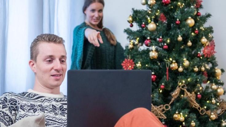 Viele Arbeitnehmer sind auch an den Feiertagen dienstlich etwa per Mail erreichbar - das kann den Partner schnell nerven. (Foto)
