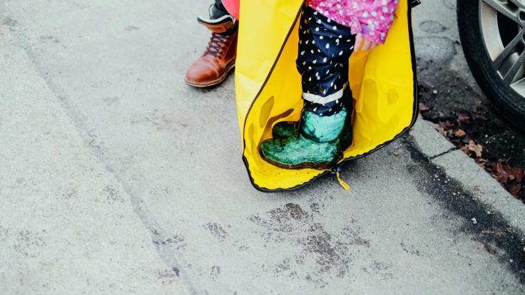 Das Kind steigt einfach in den Anzug. (Foto)