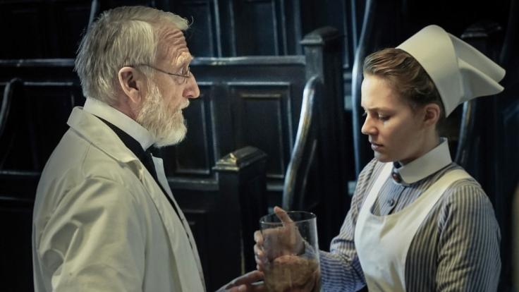 Wärterin Ida (Alicia von Rittberg) in der Pathologie von Rudolf Virchow (Ernst Stötzner). (Foto)