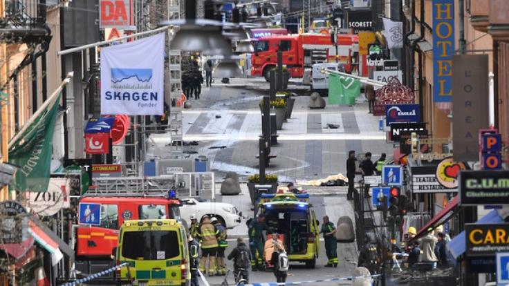 In Stockholm ist ein LKW in eine Menschenmenge gerast. Die Polizei geht von einem Anschlag aus. (Foto)