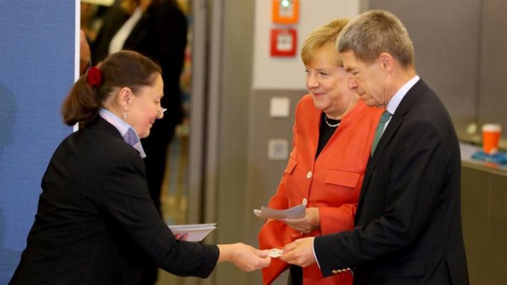 Angela Merkel und ihr Ehemann Joachim Sauer bei ihrer Stimmabgabe. (Foto)