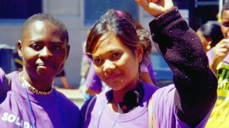 Toyin (links) geht mit anderen Frauen für ihre Rechte auf die Straße. (Foto)