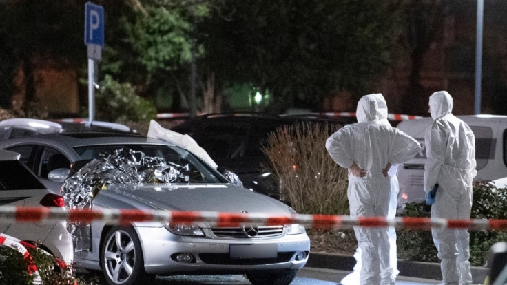 Forensiker arbeiten an einem Tatort in Hanau-Kesselstadt an einem Mercedes. (Foto)