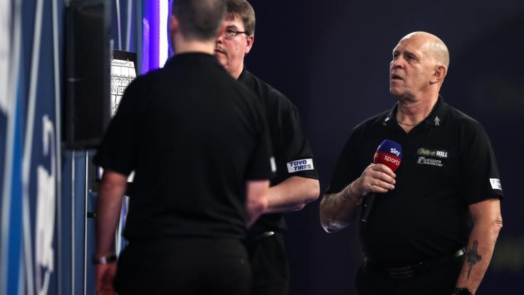 Er ist die Stimme des Darts: Russ Bray (rechts), der als Schiedsrichter und Caller der PDC den Status als lebende Legende genießt.