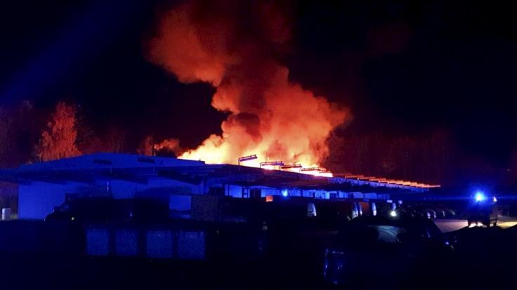 Der Brand eines Verteilerzentrums der Deutschen Post hat einen Schaden in Höhe von Hunderttausenden Euro verursacht. (Foto)