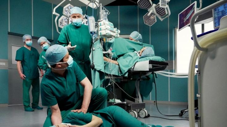 Während einer Operation bricht Dr. Kathrin Globisch plötzlich zusammen. (Foto)