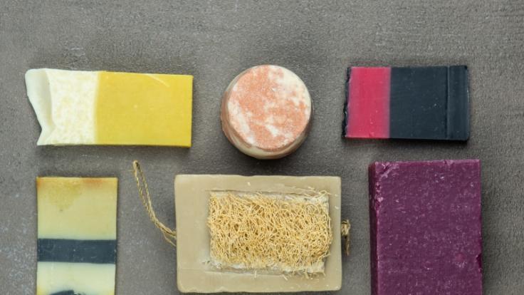 Flüssiges oder festes Shampoo: Was ist besser? Die Stiftung Warentest hat 18 Produkte getestet. (Foto)