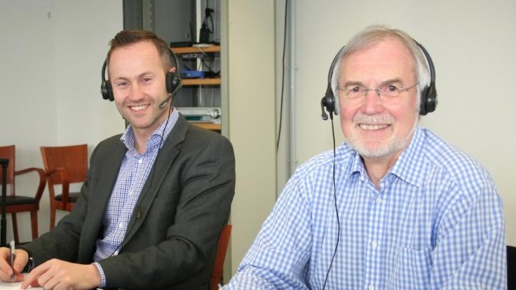 Dr. Xenofon Baraliakos (li.) und Eckhardt Böhle (re.) beantworteten Anruferfragen zum Thema Rückenschmerzen.