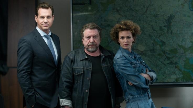 Fredo Schulz (Armin Rohde, M.), Felix Montabaur (Thomas Heinze, l.) und Melissa Bols (Melika Foroutan, r.). (Foto)