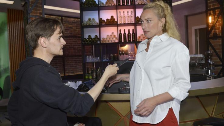 """Drama bei """"Gute Zeiten, schlechte Zeiten"""": Maren (Eva Mona Rodekirchen) ist geschockt, als sie im Mauerwerk von Stefan Brandt (Alexander Schank) überfallen wird. (Foto)"""