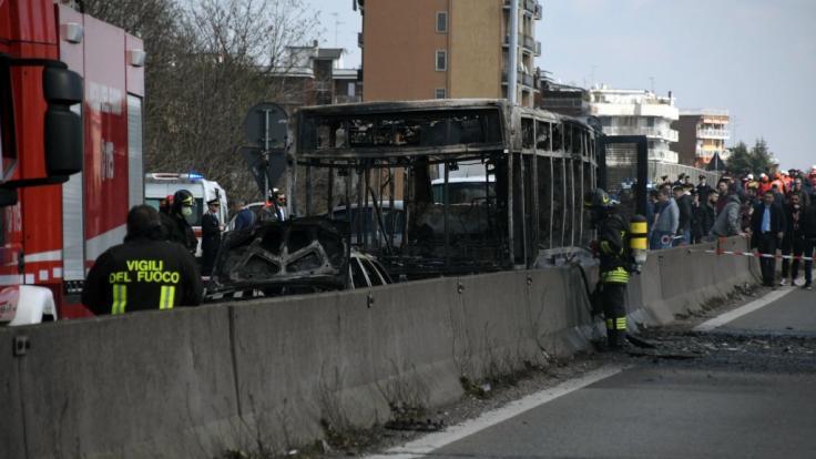 Ein Mann hat im italienischen Mailand einen Bus voller Schulkinder in seine Gewalt gebracht und dann in Brand gesetzt. (Foto)