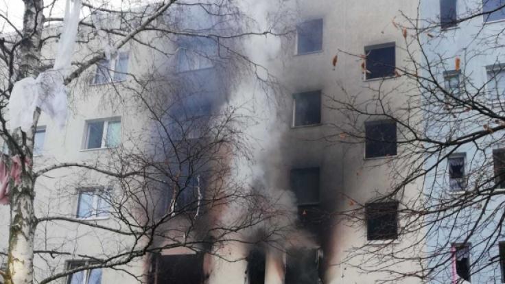 Sachsen-Anhalt, Blankenburg: Das von der Polizei Polizeiinspektion Magdeburg herausgegebene Foto zeigt das Mehrfamilienhaus in Blankenburg im Harz in dem sich eine Explosion ereignet hat. (Foto)
