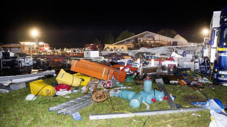 Ein heftiger Sturm hat in Oberösterreich ein Festzelt mit 650 feiernden Gästen umgerissen und eine Tragödie ausgelöst. Zwei Menschen kamen dabei ums Leben. (Foto)