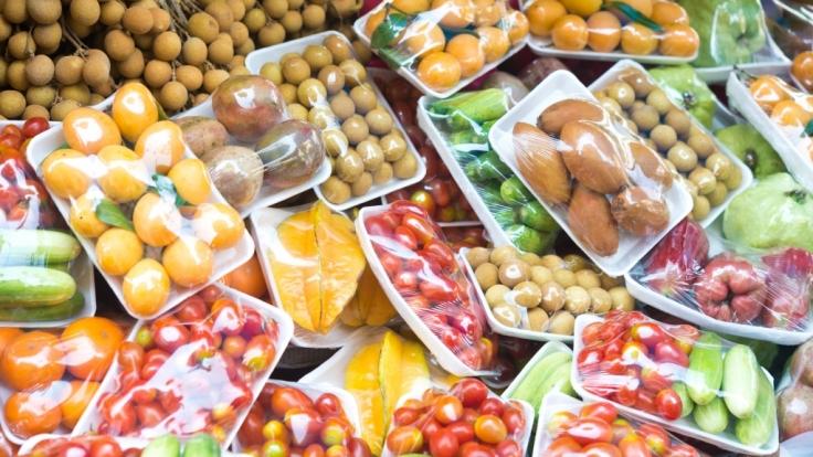 Viele Lebensmittel sind in Plastik verpackt. Ist das ungesund?