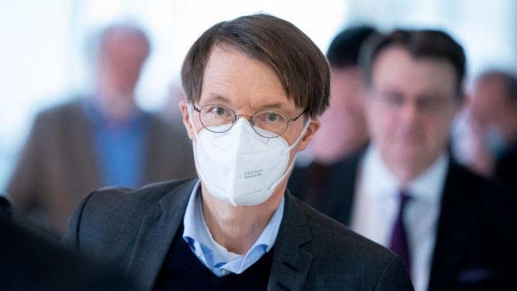 Am Mittwoch ist die Zahl der Corona-Neuinfektionen in Deutschland gestiegen. Epidemiologe Karl Lauterbach nimmt auf Twitter Stellung. (Foto)