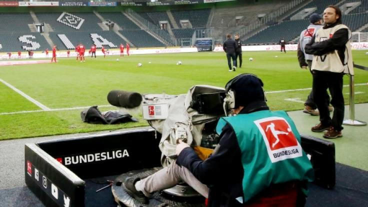 Die Fußball-Bundesliga hat den Spielbetrieb vorerst eingestellt. (Foto)