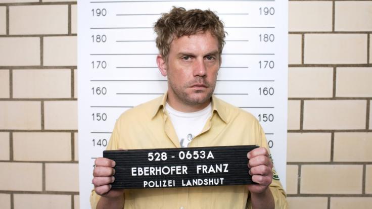 "Franz Eberhofer (Sebastian Bezzel) steht aufgrund der ""Grießnockerlaffäre"" unter Mordverdacht. (Foto)"