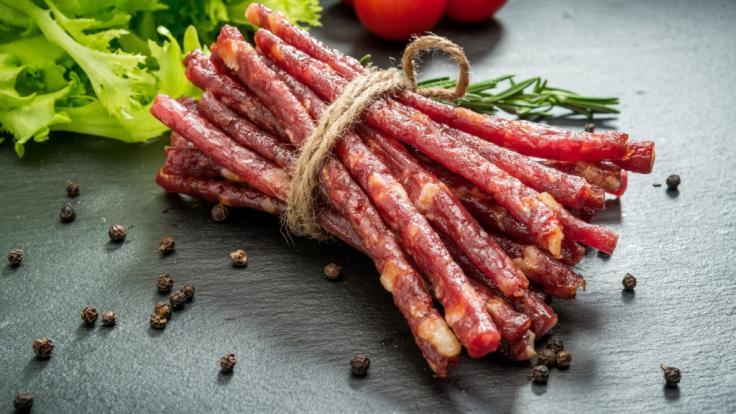 Salami-Sticks von Aldi und Rewe sind mit Salmonellen belastet (Symbolbild).