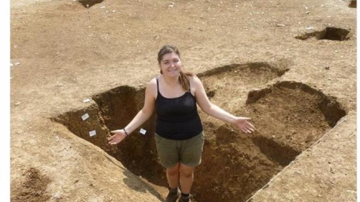 """Becca Pritchy schreibt zu diesem Bild: """"Später an diesem Tag habe ich die Grube aus der Bronzezeit mit meinen archäologischen Frauentränen gefüllt."""" (Foto)"""