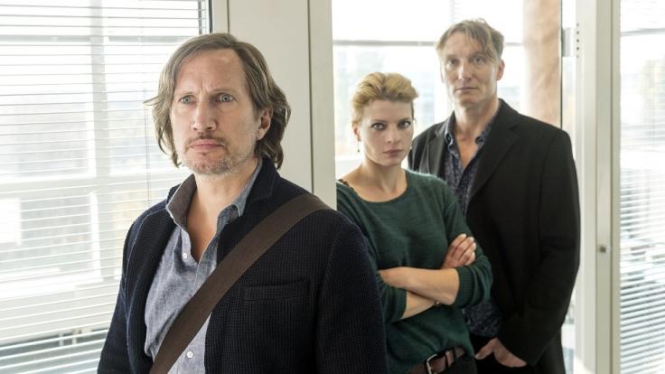 Journalist Jan Schulte (Benno Fürmann) mit Kollegin Britta (Jördis Triebel) und Chefredakteur Weishaupt. (Foto)