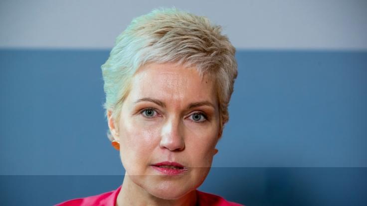 Manuela Schwesig (SPD), die Ministerpräsidentin von Mecklenburg-Vorpommern, gibt in der Staatskanzlei eine persönliche Erklärung ab. (Foto)