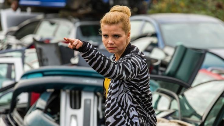 Conny Bauer (Annette Frier) behält trotz aller Liebes-Irrungen und -Wirrungen immer den Überblick!