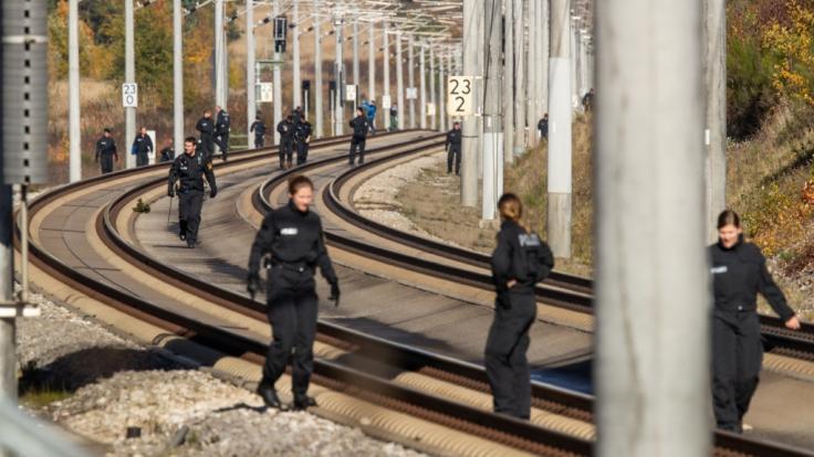 Polizisten suchen auf der ICE-Strecke zwischen Nürnberg und München die Schienen ab.