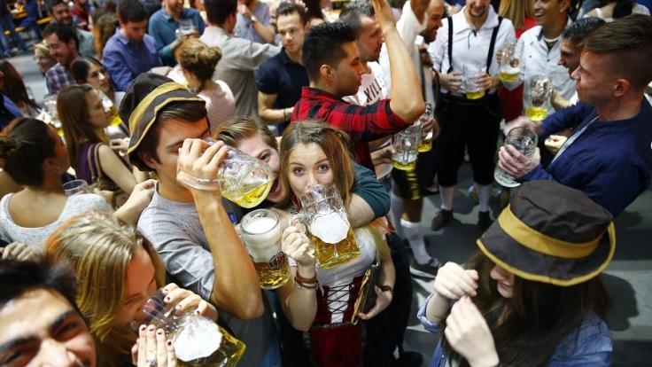 Erhöhter Alkohol-Genuss und Massenansammlungen bereiten den Arbeitskräften auf dem Oktoberfest jedes Jahr viel Ärger. (Foto)