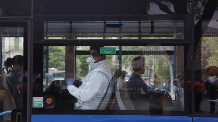Auf Mallorca sollen Fahrgäste in Bussen und Bahnen den Mund halten. (Foto)