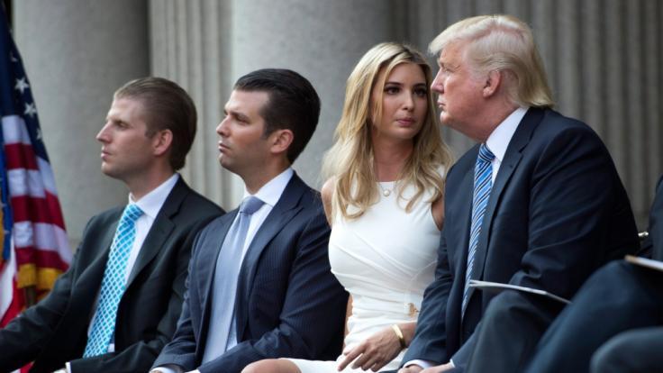 Donald Trumps Kinder Eric Trump, Don Junior und Ivana Trump mit ihrem Vater (v. l.) (Foto)