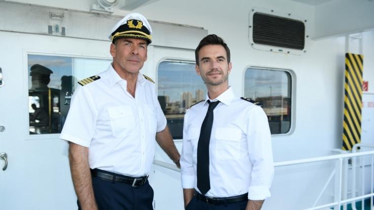 Kapitän Burger (Sascha Hehn, l.) und der junge Offizier Florian (Florian Silbereisen, r.) in