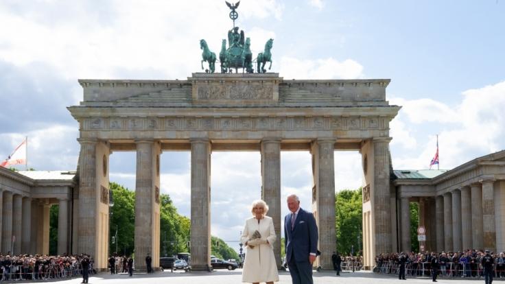 Der britische Thronfolger Prinz Charles und seine Frau Herzogin Camilla stehen auf dem Pariser Platz vor dem Brandenburger Tor. (Foto)