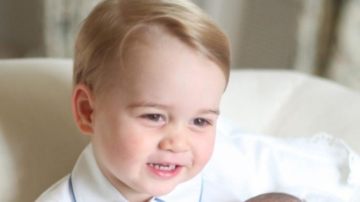 Prinz George hält seine kleine Schwester Charlotte in den Armen: der ganze Stolz des britischen Königshauses.