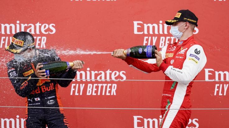 Yuki Tsunoda steht gemeinsam mit Mick Schumacher auf dem Formel-2-Podest (2020). (Foto)