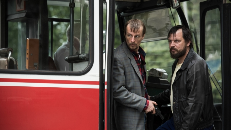 Das Verbrecher-Duo Rösner (Sascha Alexander Gersak) und Degowski (Alexander Scheer, l) bringt einen Bus und die Fahrgäste in seine Gewalt - eine Szene des ARD-Zweiteilers