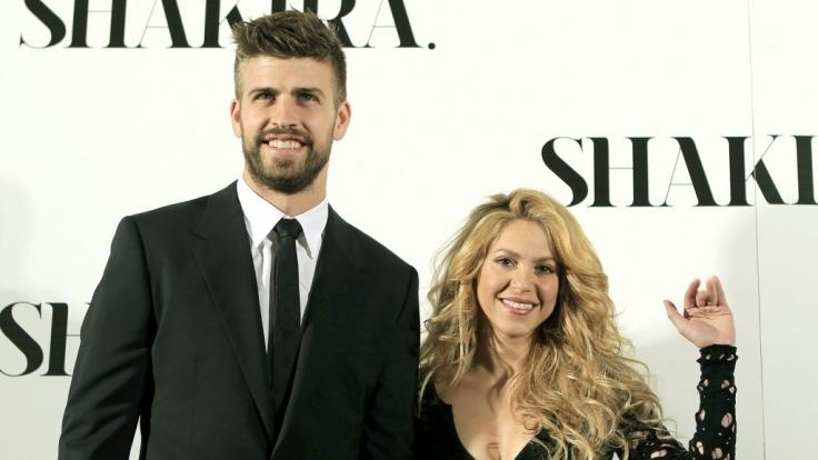 Gerard Piqué und Sängerin Shakira machen auf dem roten Teppich eine Topfigur. (Foto)