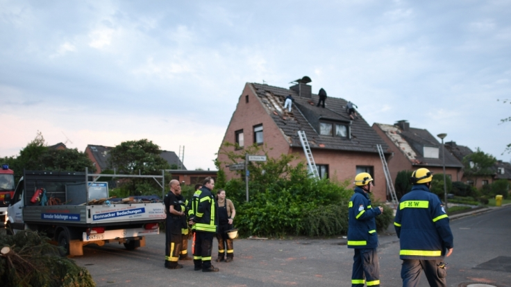 Einsatzkräfte der Feuerwehr und des THW: Wirbelsturm beschädigt Wohnhäuser in NRW. (Foto)