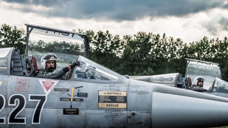 Harrys (Steve Windolf, l.) größte Leidenschaft ist seine Arbeit als Pilot der Luftwaffe. (Foto)