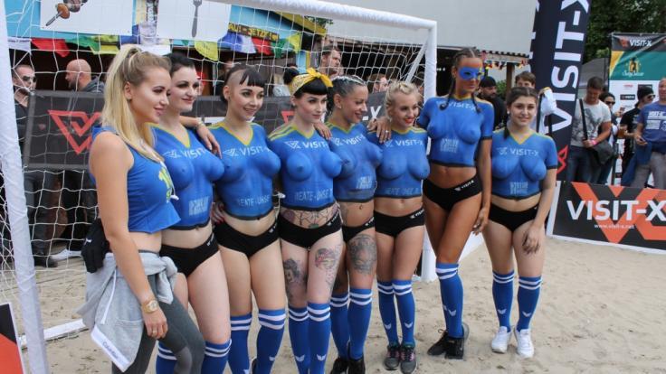 Cathy Lugner (l.) mit ihren nackten schwedischen Spielerinnen beim