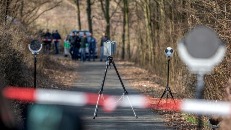 Der Fund einer nackten männlichen Leiche in Bayern gibt der Polizei Rätsel auf. (Foto)