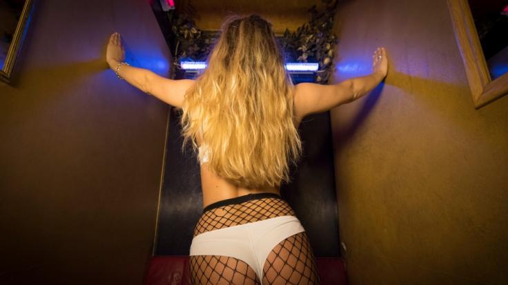 Porno-Star schleicht sich in Polizeiwache (Foto)