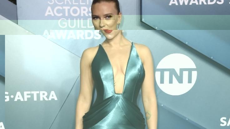 Scarlett Johansson im sexy Satinkleid bei den