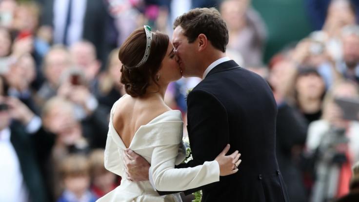 Prinzessin Eugenie und ihr Ehemann Jack Brooksbank nach ihrer Hochzeit in der St. George's Chapel in Schloss Windsor. Fast zwei Jahre später freut sich das Paar auf sein erstes Kind. (Foto)