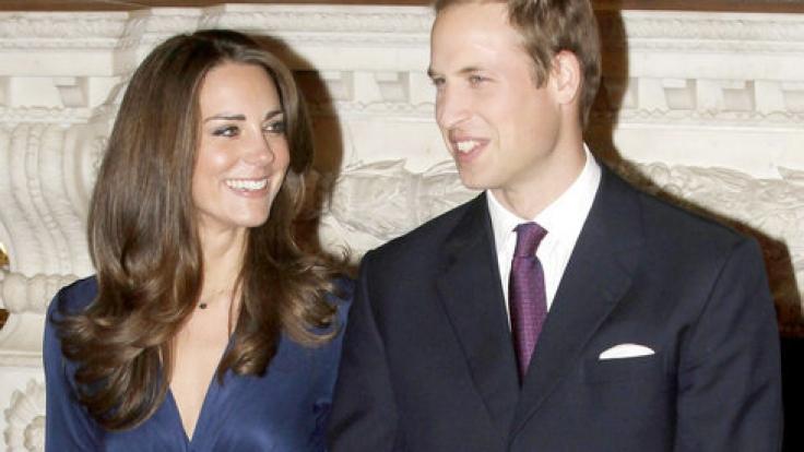 Kate Middleton und Prinz William strahlen für ihr offizielles Verlobungsfoto im November 2010 - doch das Kleid, das die zukünftige Herzogin von Cambridge trägt, bedeutete für die Designerin Daniella Helayel vom Label Issa den Anfang vom Ende.