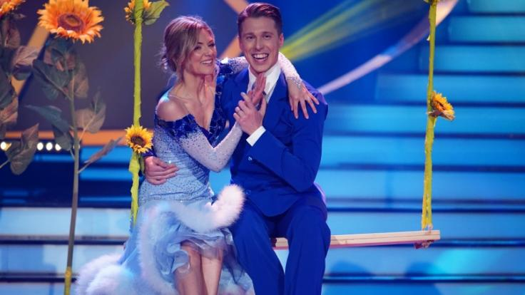 Auf dem Parkett strahlt Ella Endlich mit Tanzpartner Valentin Lusin.
