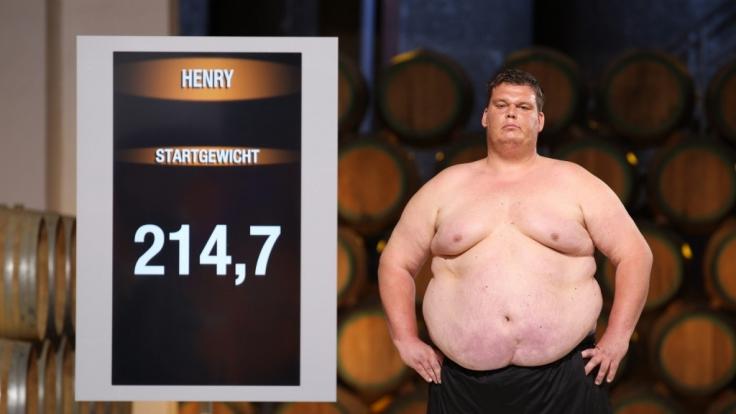 In der Sat.1-Show werden die Kandidaten gewogen. Ex-Teilnehmer Stefan Hentschel behauptet nun, dass alles nur Attrappe sei. Hier zu sehen: Henry in der aktuellen Staffel. (Foto)