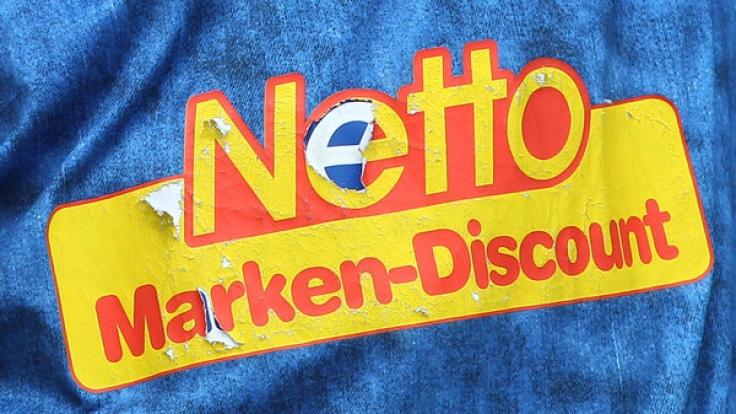 Ein Mitarbeiter von Netto packt aus. (Foto)