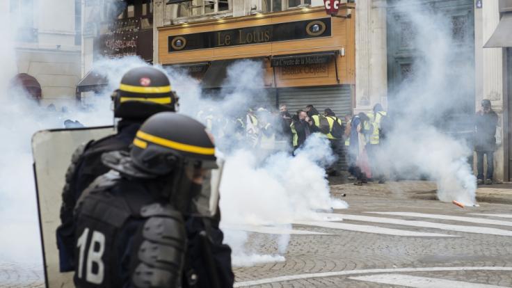 Die französische Polizei geht mit Tränengas gegen Demonstranten vor. (Symbolbild)